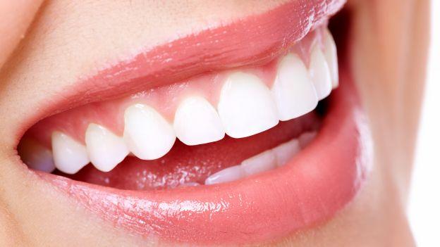 Come-sbiancare-i-denti-in-modo-naturale